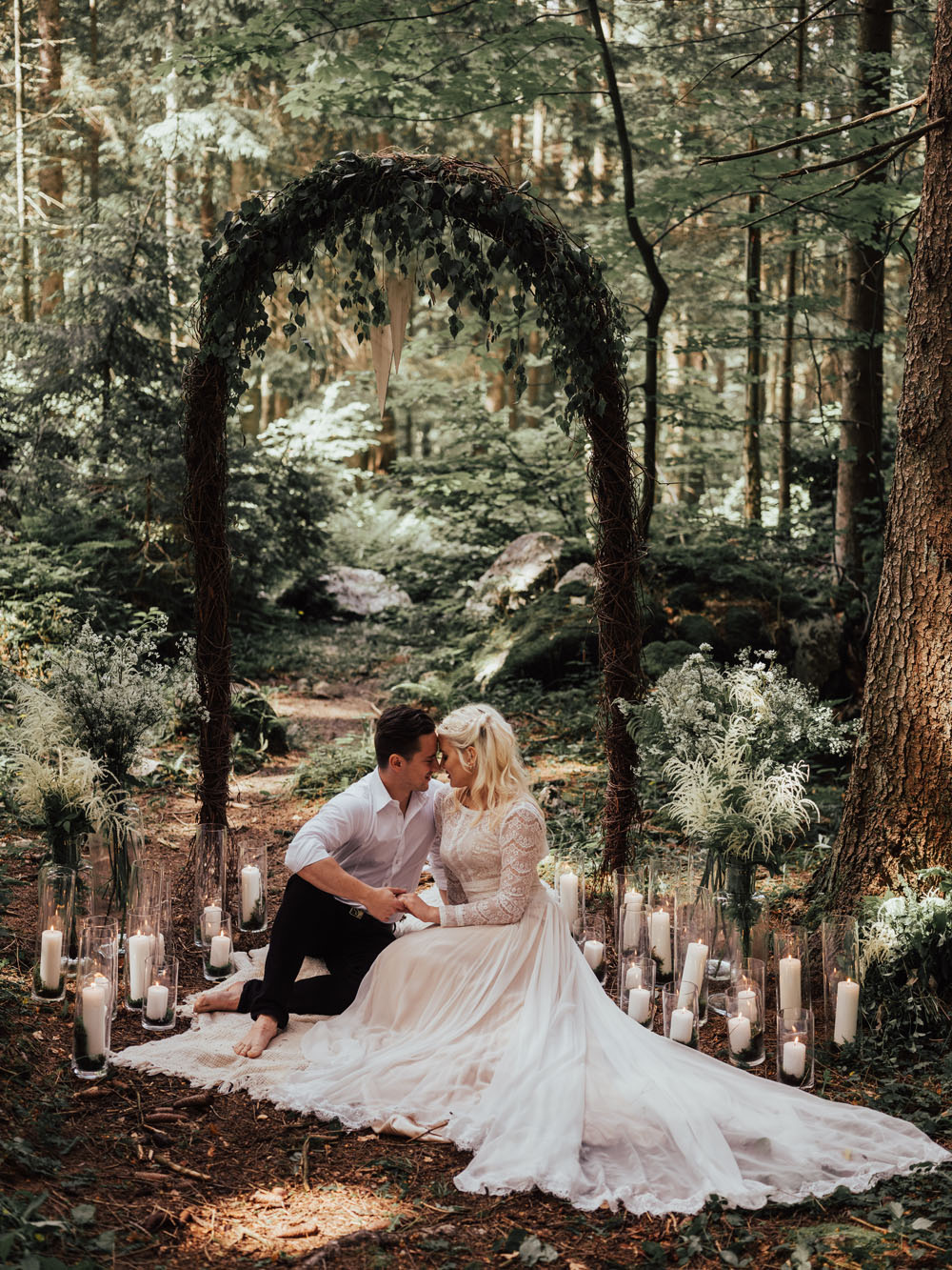 Elopement in forest full of gorgeous details and beautiful decoration